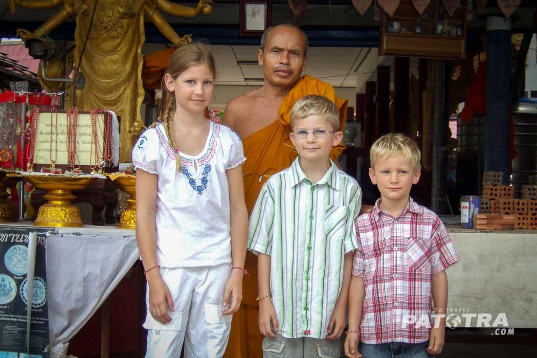 Mönch mit Kids