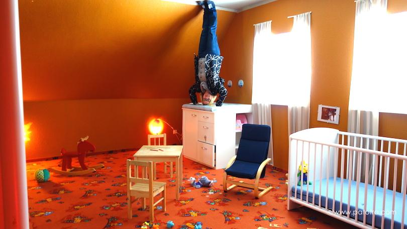 Kopfstand im Kinderzimmer