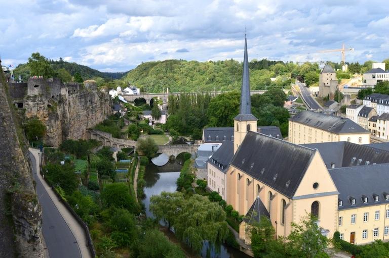 Blick von der alten Stadtmauer auf das Abtei Neumuenster in Luxemburg-Stadt