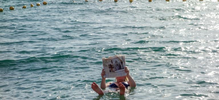 Baden mit Zeitung Totes Meer