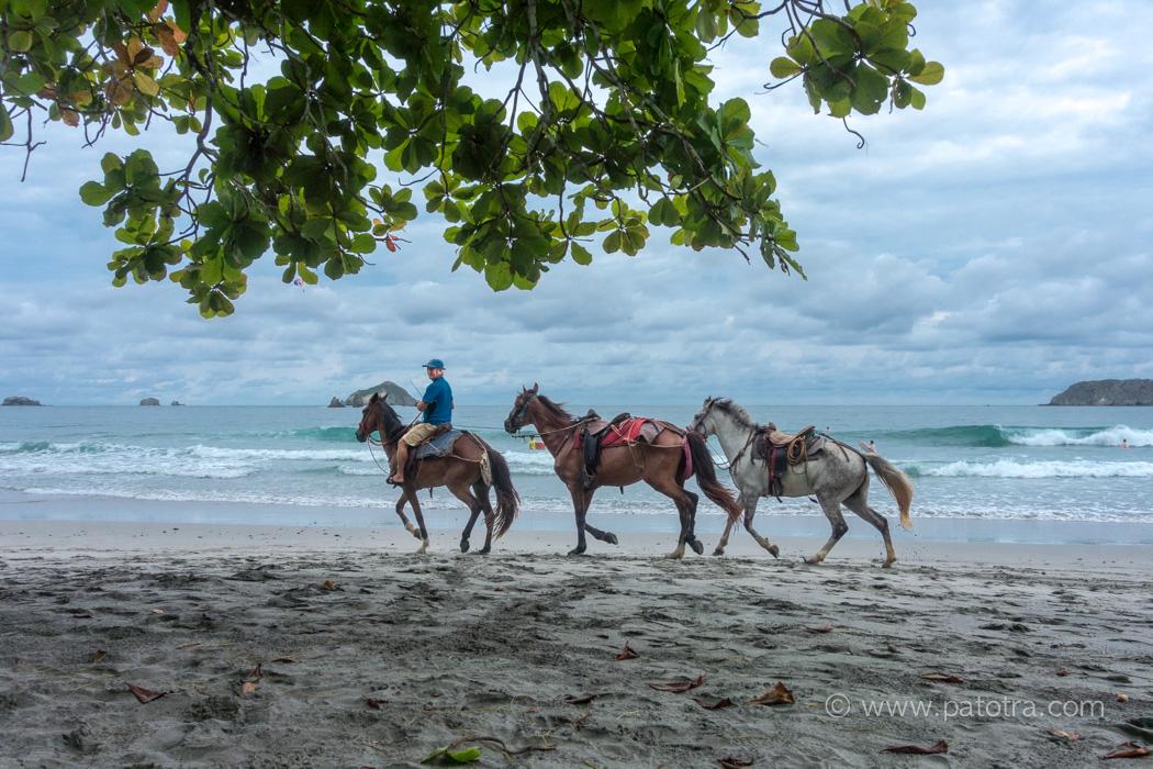 Costa Rica mit Kindern und Teenagern, Reiter am Strand von Manuel Antonio