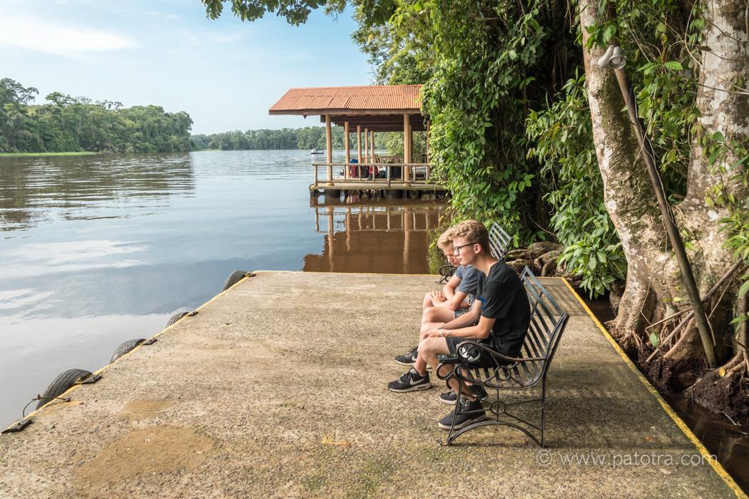 Im Tortuguero Nationalpark, am Fluss, mit Kindern und Teenagern