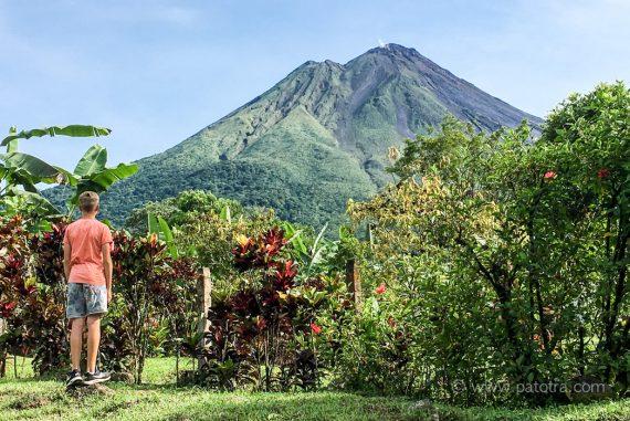 Kind blickt auf den Vulkan Arenal