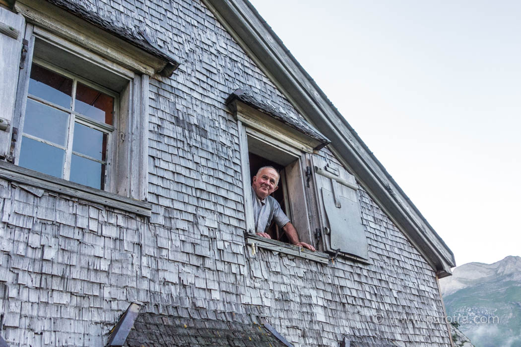 Johann Hautle am Fenster seiner Sennenhütte