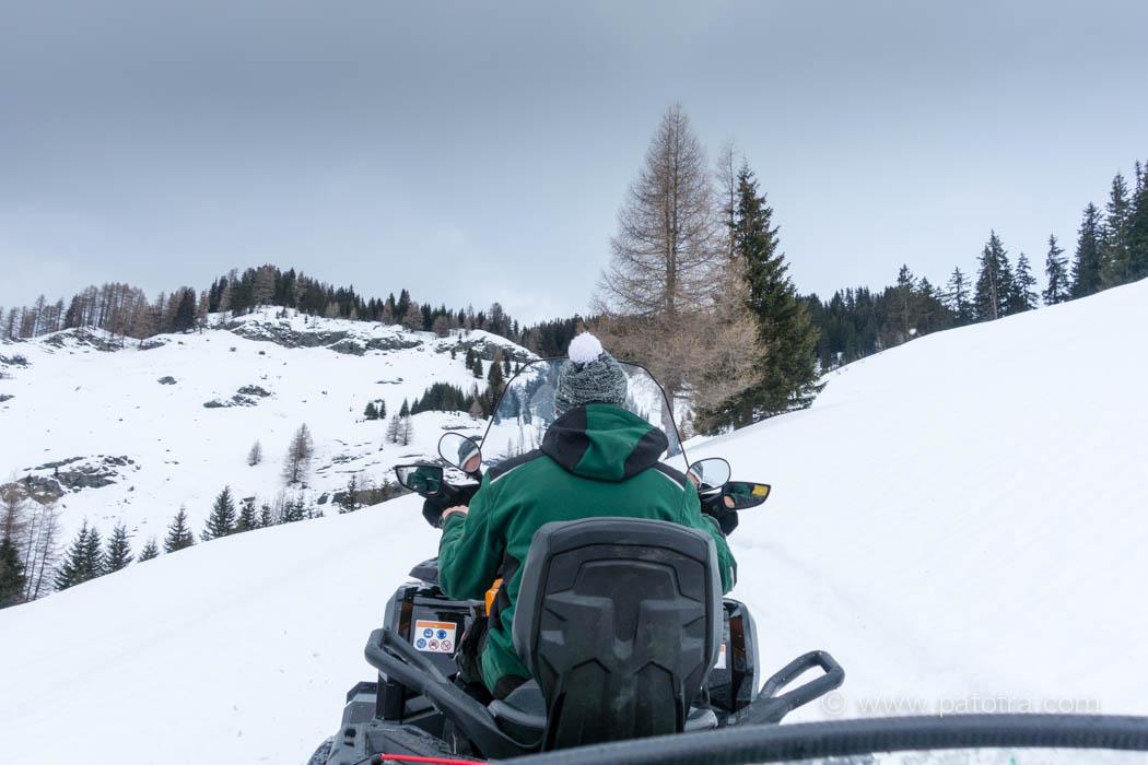 rasante Anfahrt mit Schneemobil