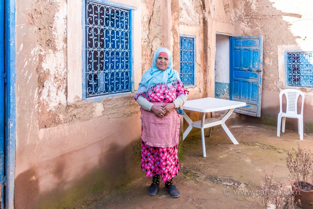 Fatimah vor ihrem Haus