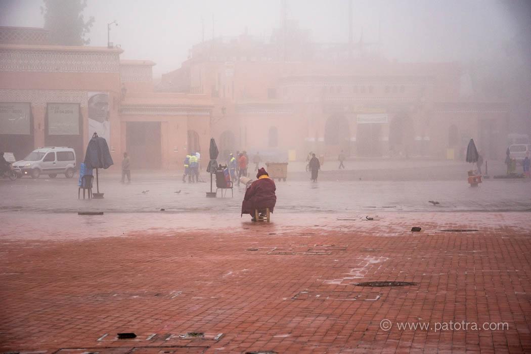 Zentraler Marktplatz Marrakesch fast menschenleer im Nebel