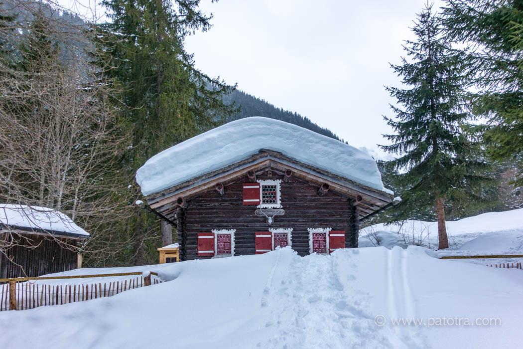 Haus mit Schnee im Montafon