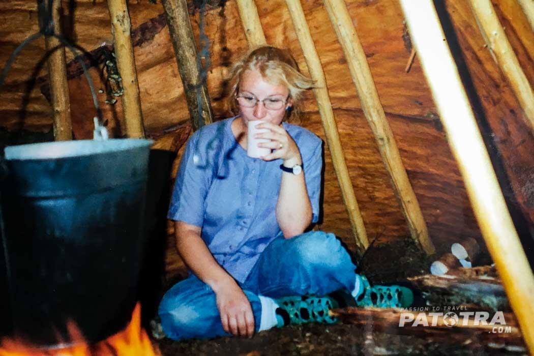 Ellen am Lagerfeuer in einer Jurte