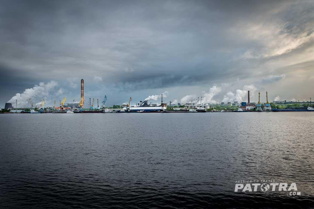 Rauchende Fabrikschlote am Flussufer