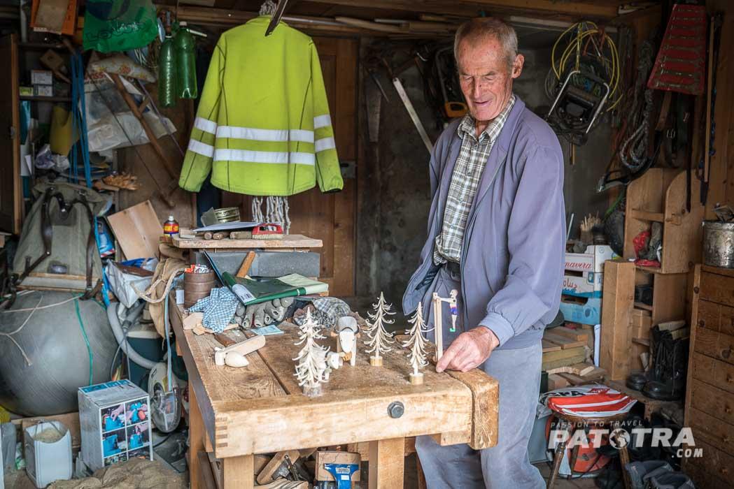 Lieni Joos mit selbst geschnitztem Holzspielzeug