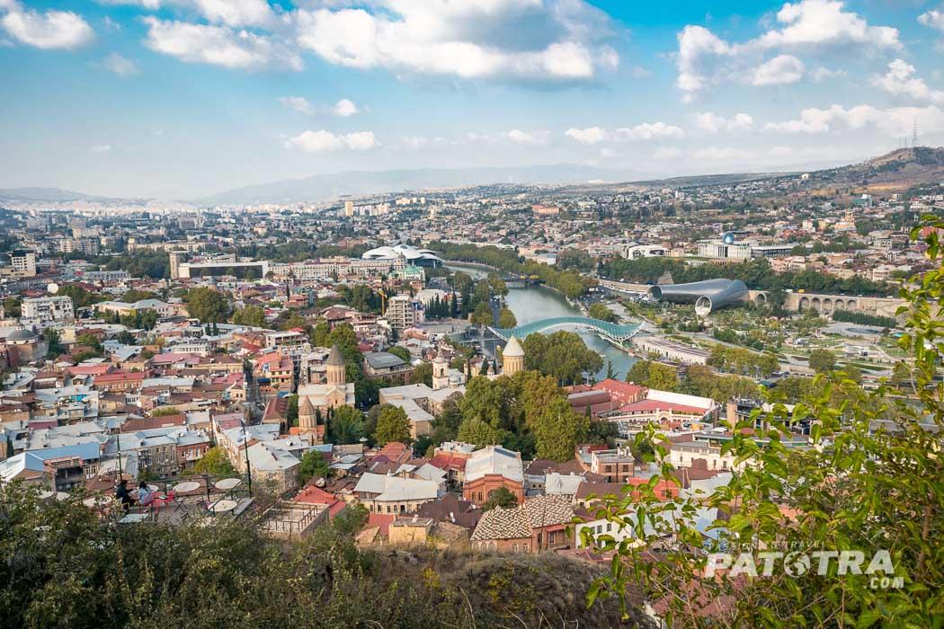 Der Blick vom Narikala Fort über die Stadt Tiflis