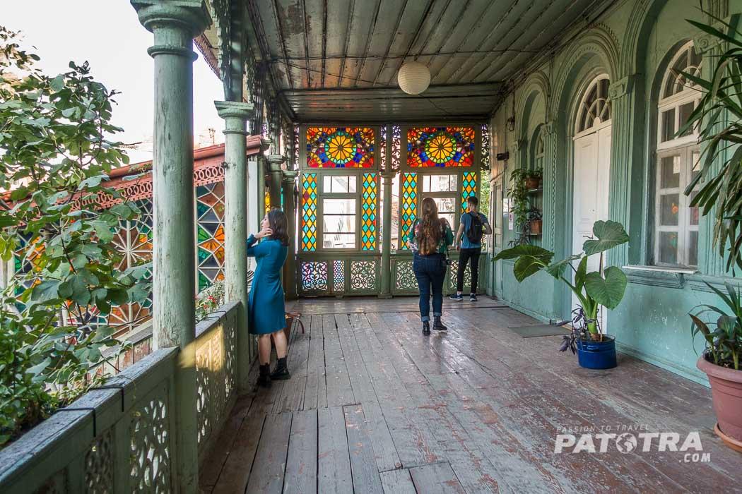 Das Kaleidoskop Haus in Tiflis mit bunten Fenstern