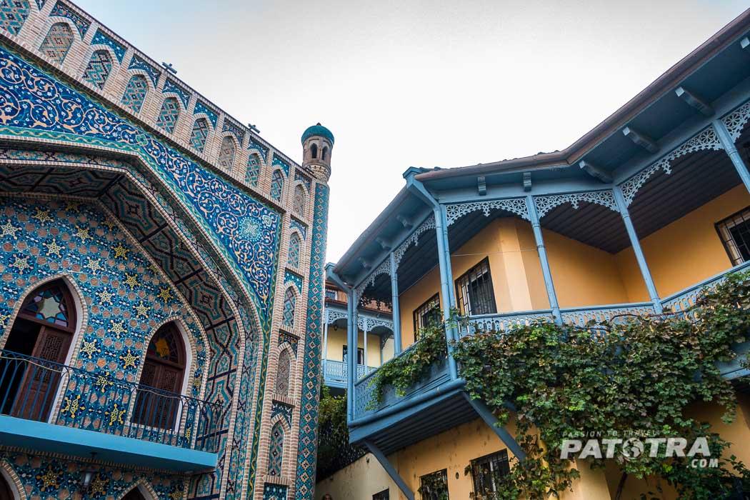 Ein orientalische Haus und ein georgisches Haus nebeneinander