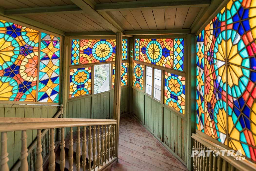 Treppenhaus im Kaleidoskop Haus in Tiflis