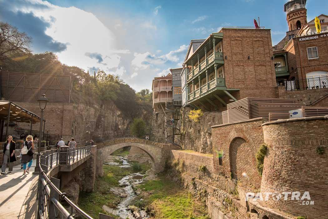 Der Weg in die Schlucht in Tiflis