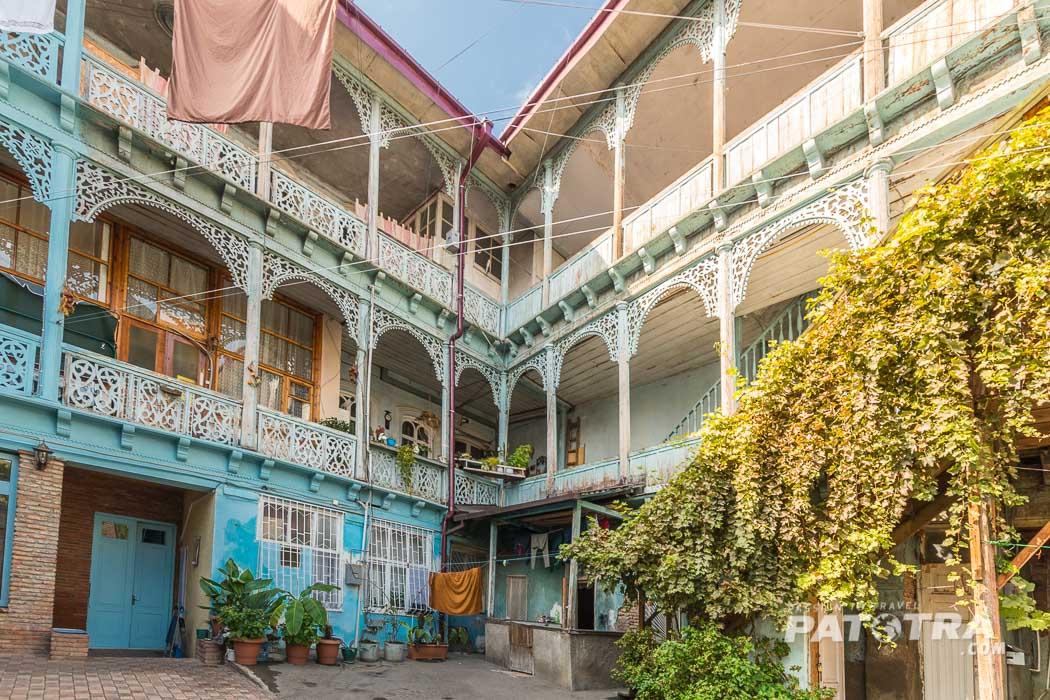 Ein typisch georgischer Innenhof mit hölzernen Balkonen