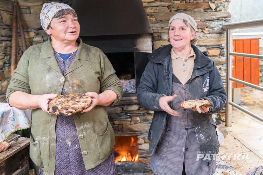Die Frauen präsentieren ihr selbstgebackenes Brot