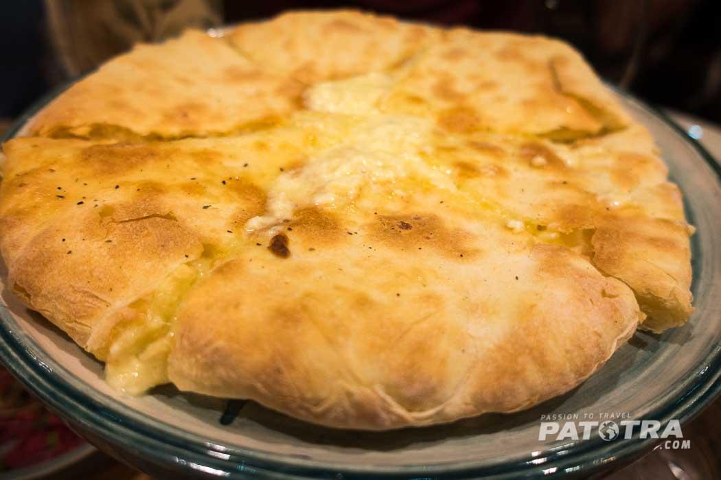 Chatchapuri, das mit Käse gefüllte Brot der Georgier