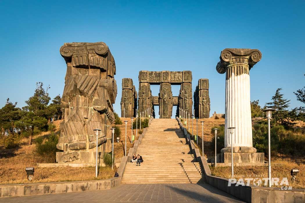 Eine breite Treppe führt hinauf zum dem Monument