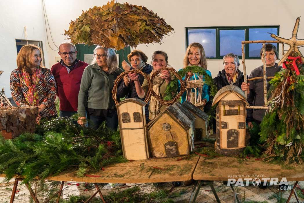 Die Dorfbewohner präsentieren ihren selbstgemachten Weihnachtsschmuck