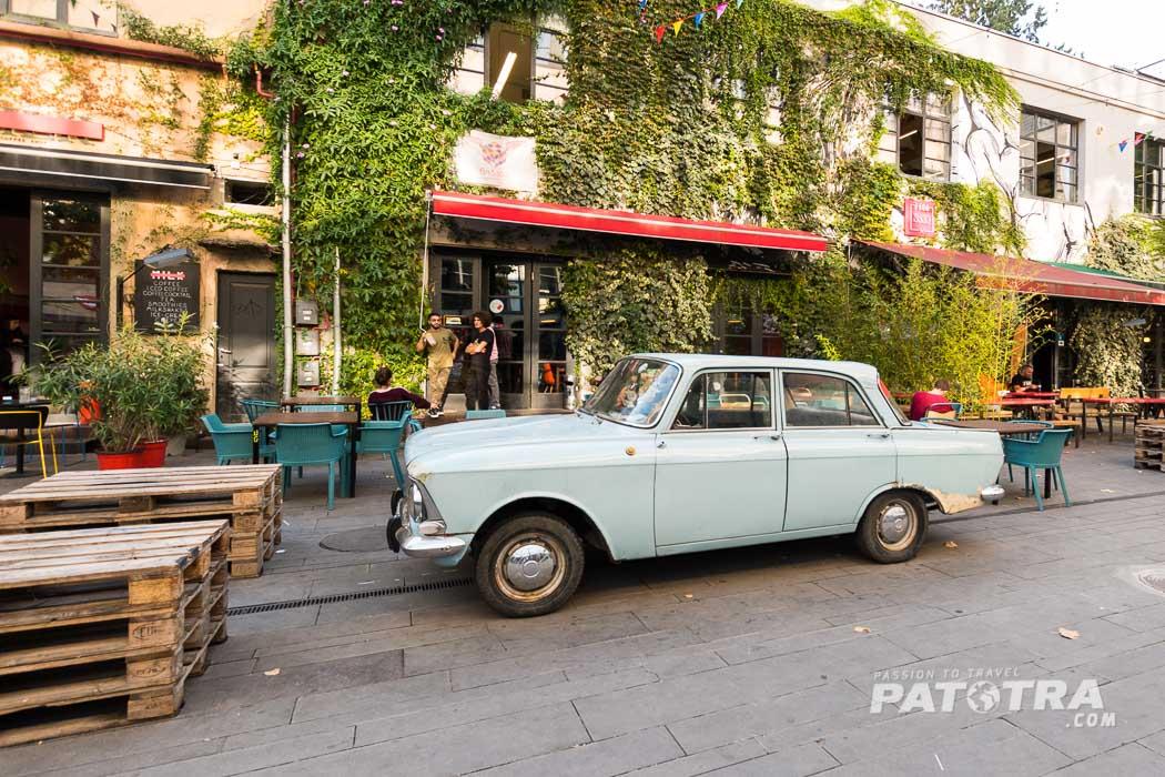 Restaurants, Geschäfte und Kunst auf dem Gelände der Fabrika