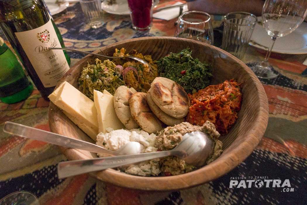 Brot mit Dips und Käse im Restaurant Shavi Lomi