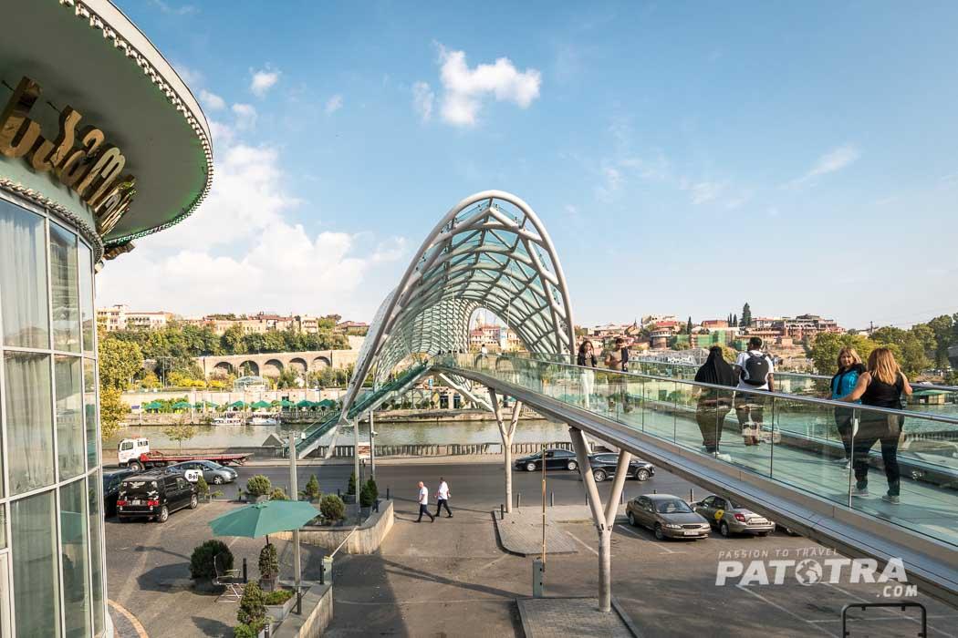 Die Friedensbrücke über den Fluss Kura