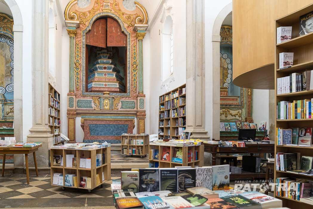 ein Buchladen in einer Kirche