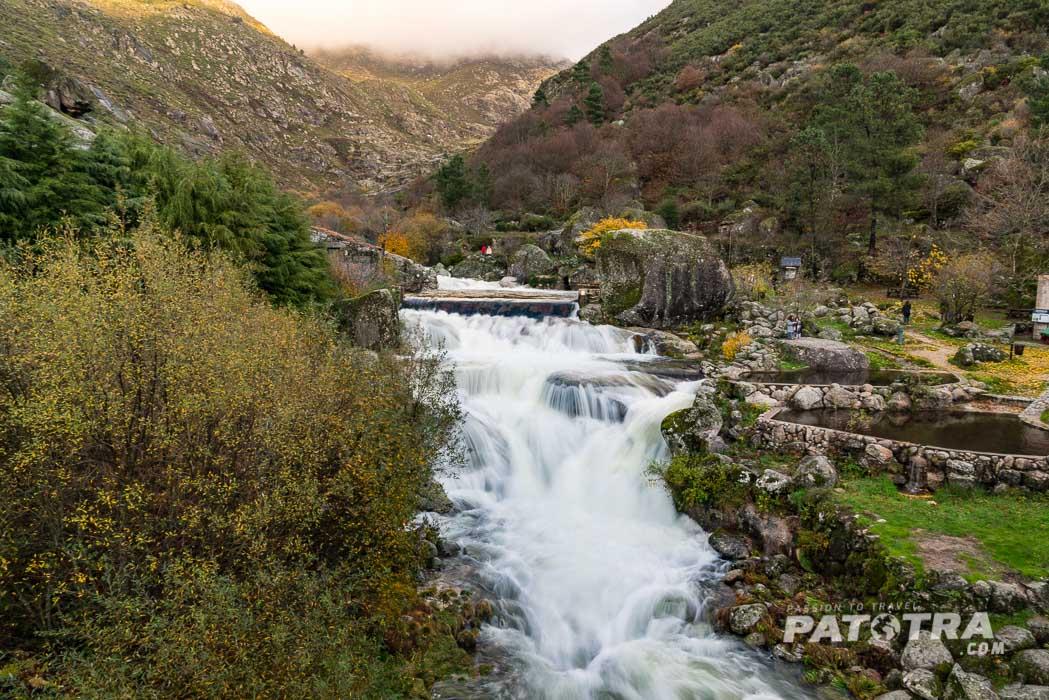 Ein Wasserfall im Estrela Gebirge