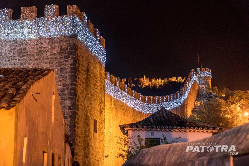 Die beleuchtete Stadtmauer von Obidos
