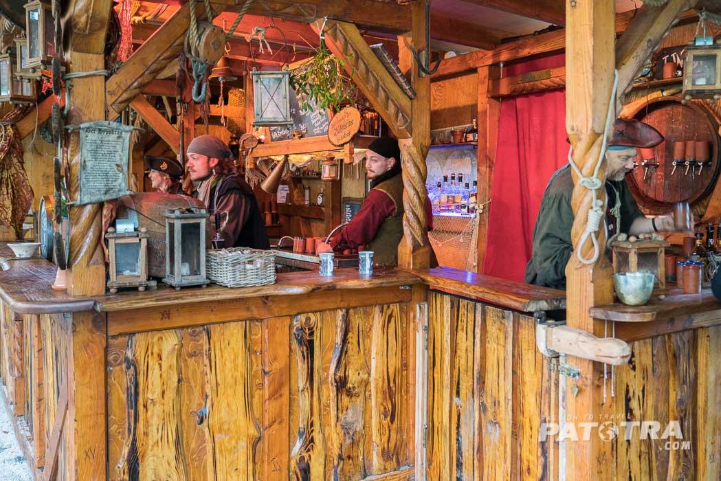 Piraten schenken Glühwein aus