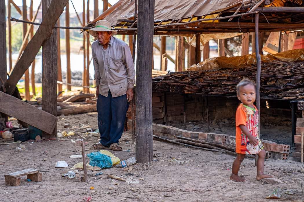 Grossvater und Kind in Kambodscha