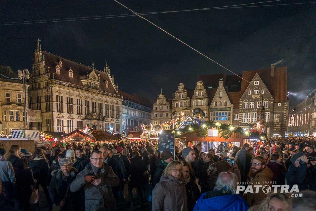 Man trifft sich bei Glühwein auf dem Bremer Weihnachtsmarkt