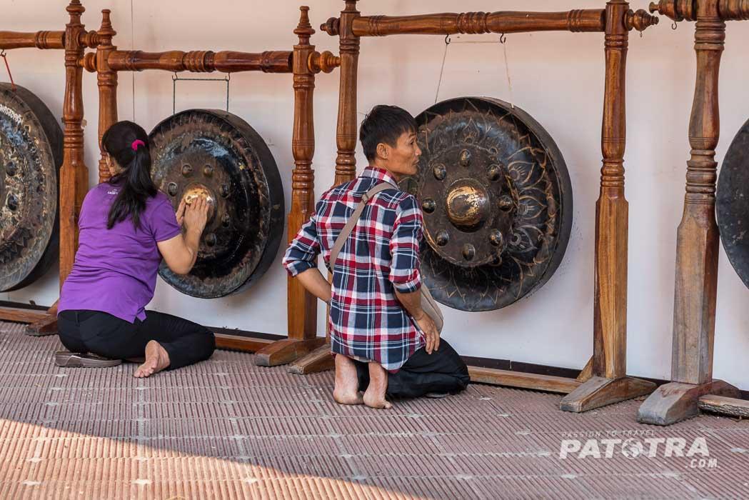 Glaeubige beten beim Phra Pathom