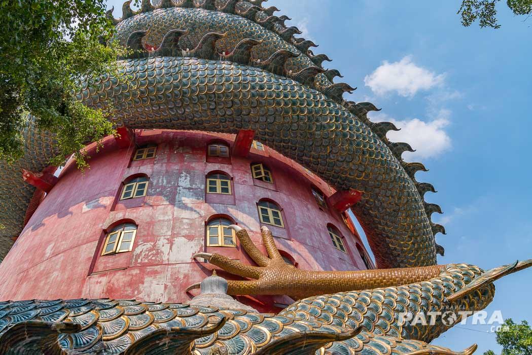 Drachentempel-Wat-Samphran. Der Drache windet sich um den zylindrischen Bau
