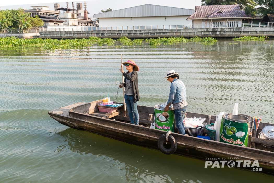 Das Kokoseis wird mit dem Boot geliefert