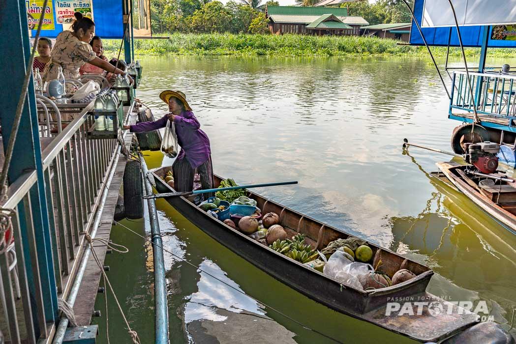 Bauern auf Booten verkaufen Früchte und Gemüse