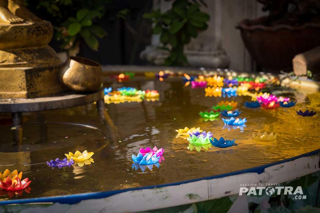 Schwimmkerzen in der Farbe des Geburtstages schwimmen im Brunnen