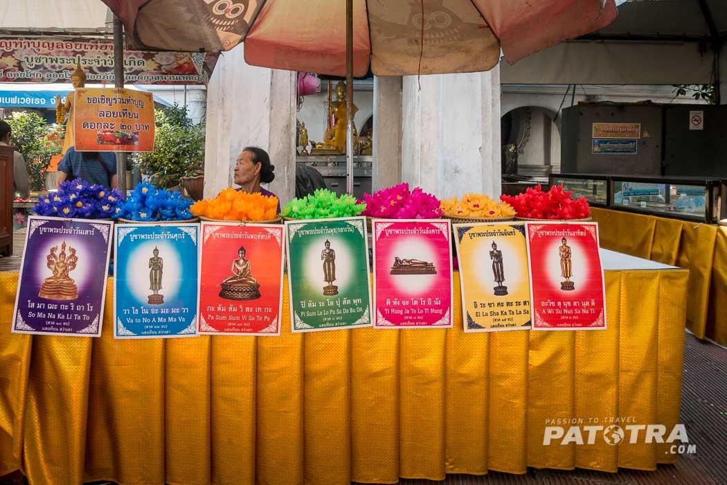 Zu jedem Tag gehört eine Farbe und ein Buddha