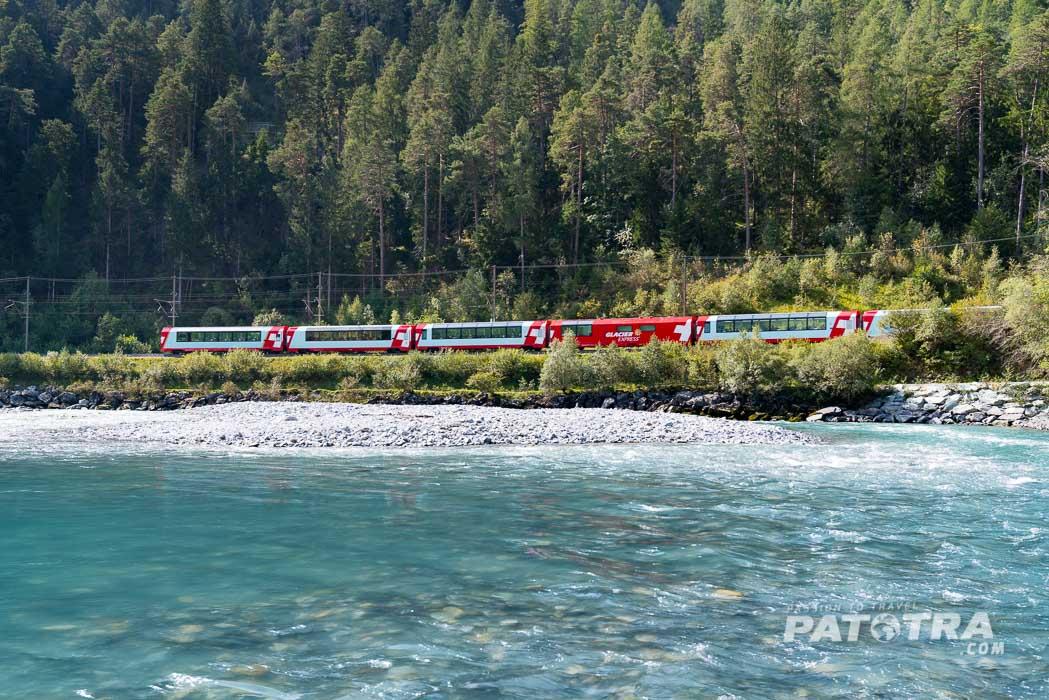 Der Glacier Express in der Rheinschlucht