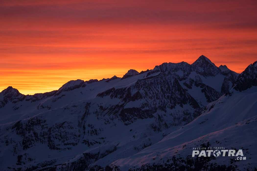 Die Sonne schickt die letzten Farben über die Berge