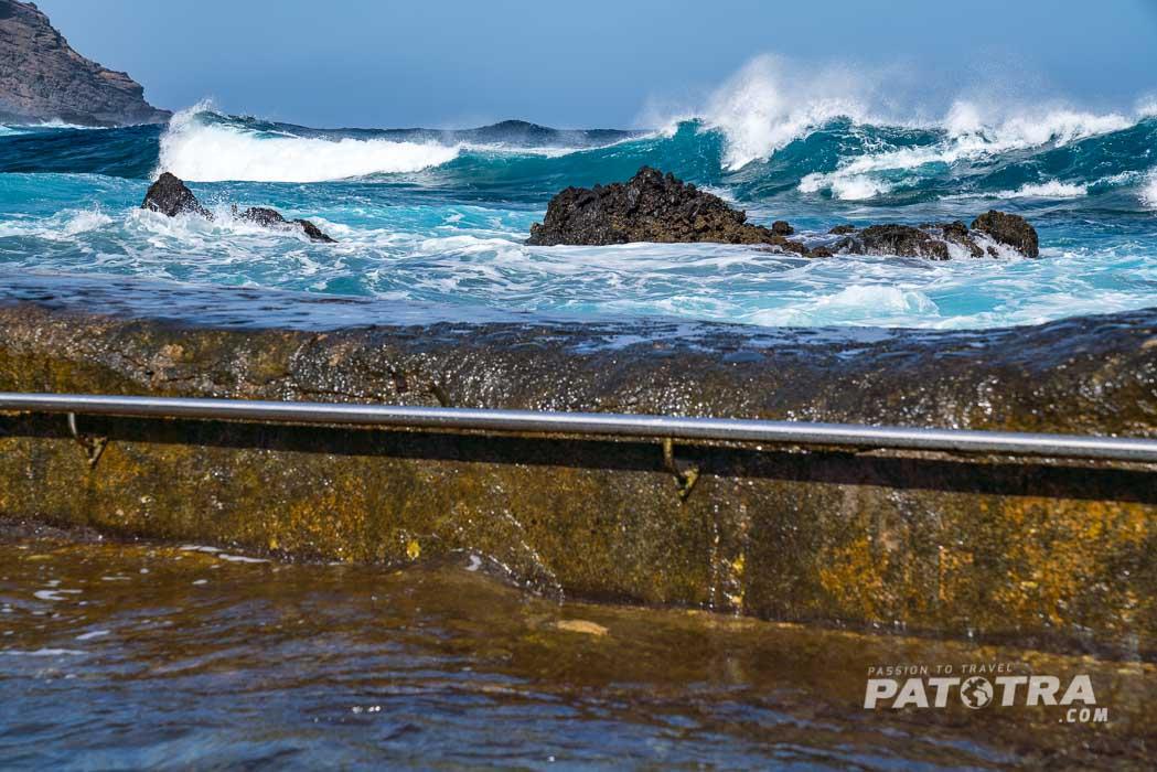 Die Wellen rollen über den Beckenrand