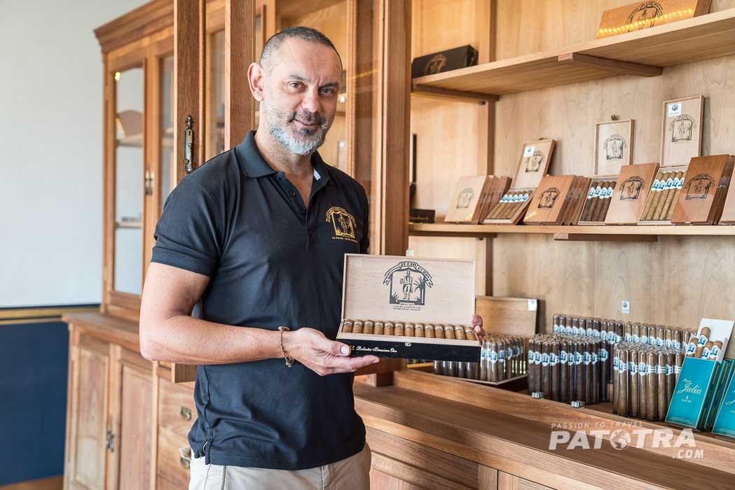 Julio zeigt uns stolz die edlen Zigarren