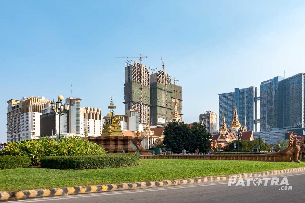 Hochhäuser und Tempel in Phnom Penh