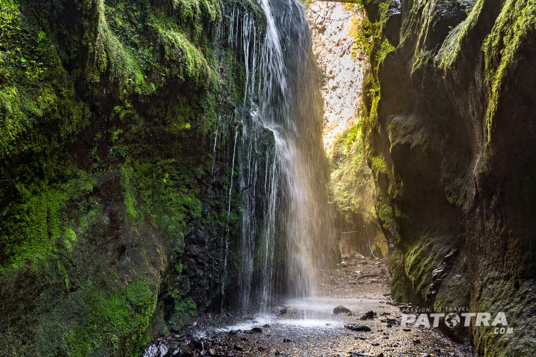 Eine geheimnisvolle Schlucht hinter dem Wasserfall von Los Tilos