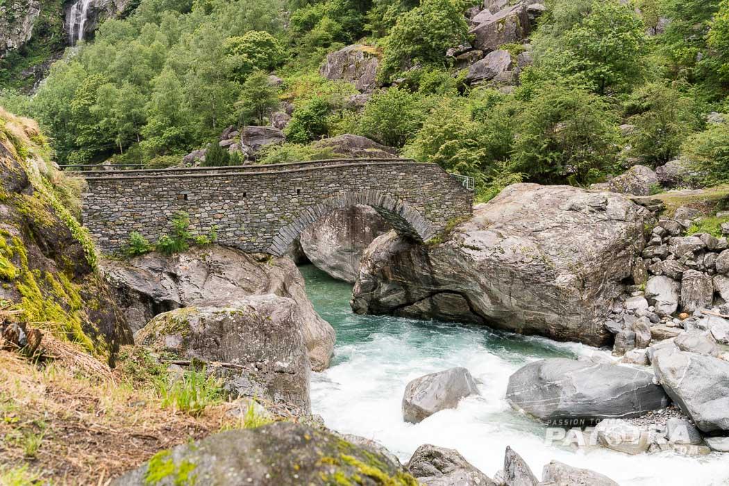 Steinbrücke im Bavonatal